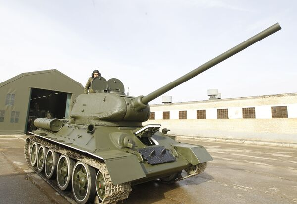 Hungary has started the delivery of 58 T-72 tanks to the Czech Republic - Sputnik International