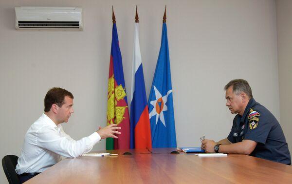 Russian President Dmitry Medvedev and Emergency Situations Minister Sergei Shoigu - Sputnik International