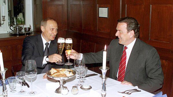 Vladimir Putin and Gerhard Schroeder in the restaurant Old Weimar (File photo). - Sputnik International