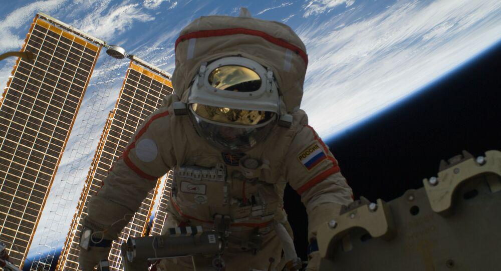 Российский космонавт Олег Котов во время выхода в открытый космос