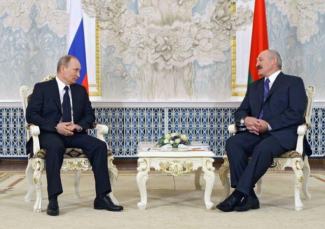 Vladimir Putin (L) and Alexander Lukashenko