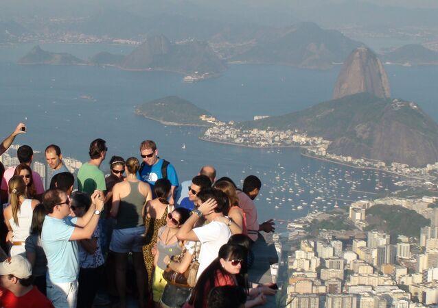 Туристы на смотровой площадке у статуи Христа в Бразилии