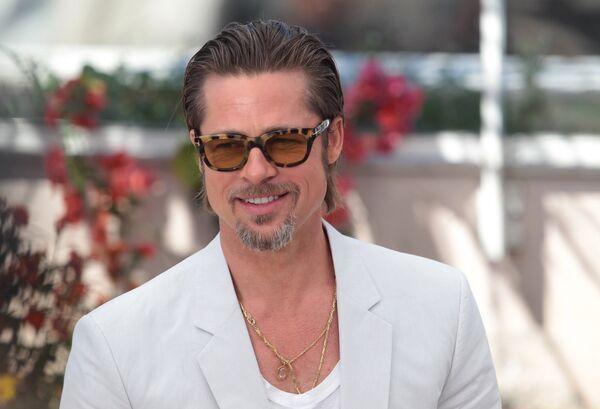 "Brad Pitt says that he ""owes"" George Clooney a wedding present - Sputnik International"