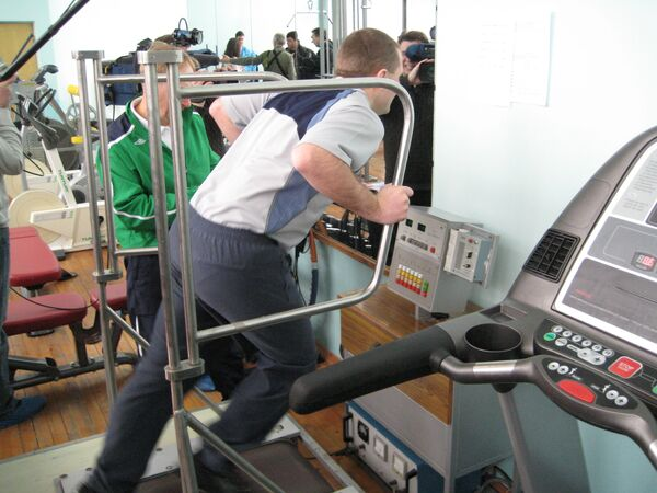 Spacesuit instructor Oleg Blinov, a cosmonaut hopeful, working out at the treadmill, the same as one installed at the International Space Station - Sputnik International