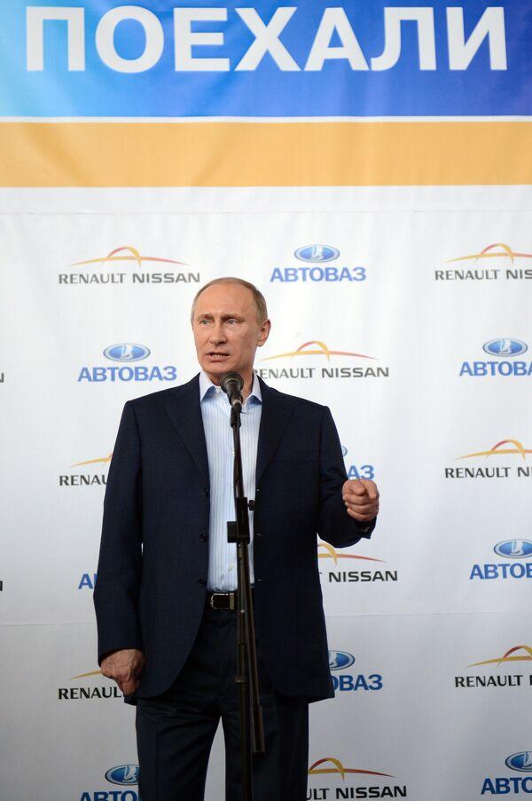 Putin Urges State Bodies to Buy Domestic Vehicles - Sputnik International