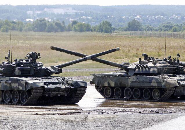 Танк Т-90 на территории полигона в Раменском