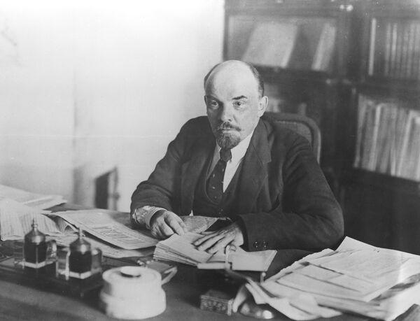 Vladimir Lenin in his office in the Kremlin in 1918. - Sputnik International