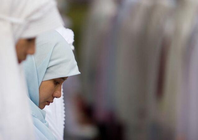 Юные мусульманки во время молитвы