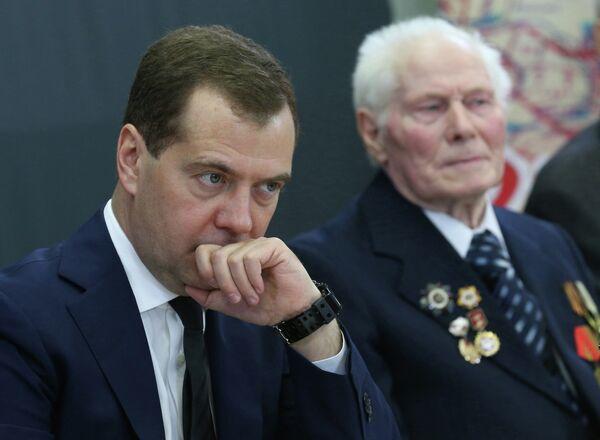 PM Medvedev Ups Russia's Rearmament Goal to 75% by 2020 - Sputnik International