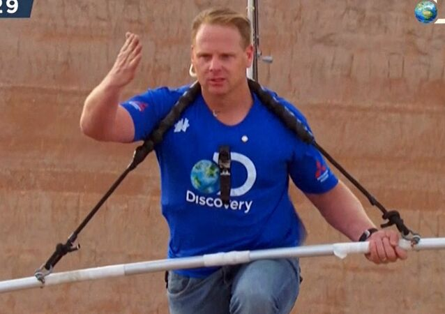 Nik Wallenda crosses Little Colorado River Gorge without safety harness