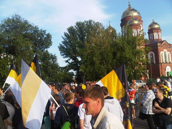 Protesters in Pugachyov, some with Russian nationalist flags, gather for an unsanctioned anti-migrant rally outside a Christian Orthodox church - Sputnik International