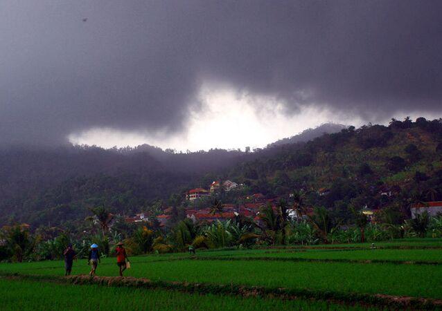 Высокие волны и непогода угрожают судам и людям от Индонезии до Филиппин