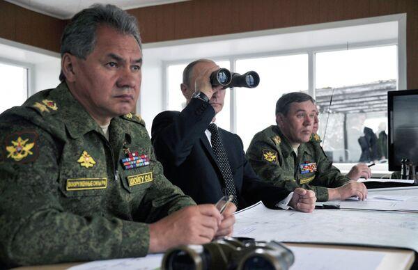Sergei Shoigu (left) and Vladimir Putin (center) during the drills in the Russian Far East in July - Sputnik International