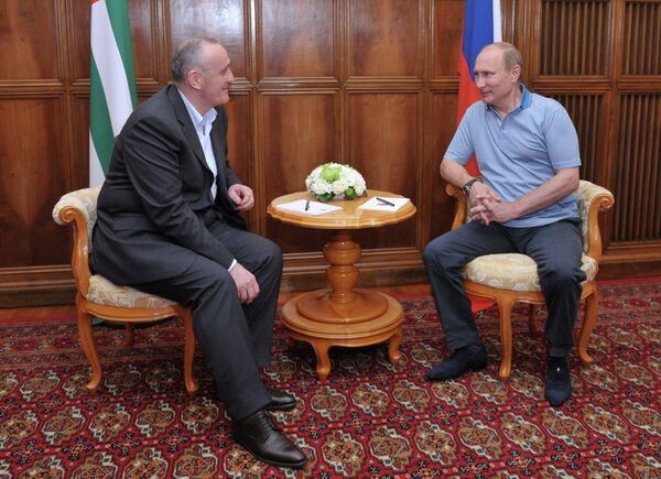 Russian President Vladimir Putin meeting with his Abkhaz counterpart, Alexander Ankvab, in Pitsunda on August 25, 2013. - Sputnik International