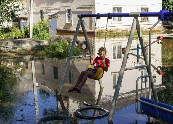 A girl on a swing in flood-hit Khabarovsk - Sputnik International