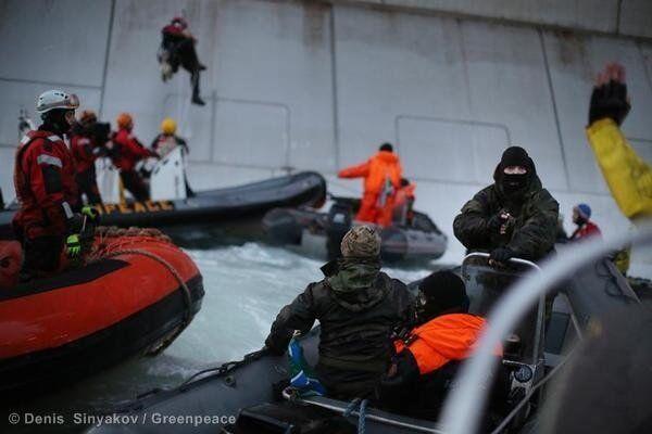 Russian border guards detaining Greenpeace activists scaling Gazprom's oil rig on Wednesday - Sputnik International