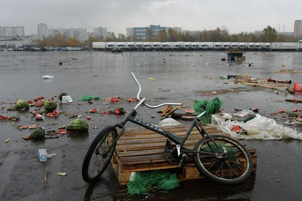An abandoned bicycle at the vegetable market in  in Moscow's southern Biryulyovo neighborhood. Oct. 16, 2013. - Sputnik International