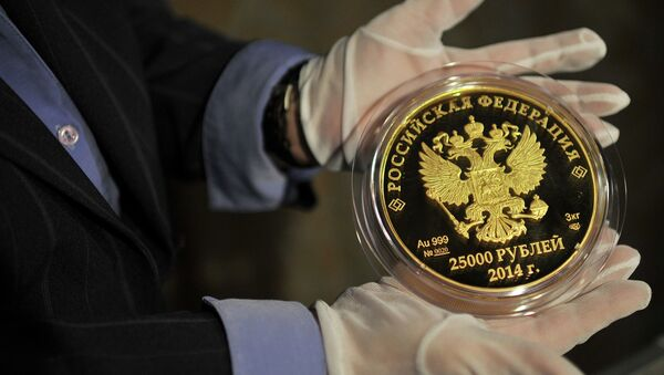 Mises Institute contributor Marcia Christoff-Kurapovna believes now is the perfect time for Russia to introduce a gold-based currency. - Sputnik International