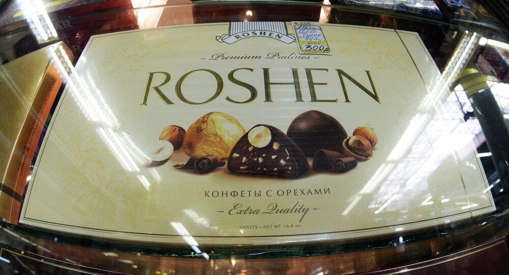 Ukrainian President Petro Poroshenko has accused Russian authorities of meddling in plans to sell the Lipetsk subsidiary of his Roshen chocolate empire.