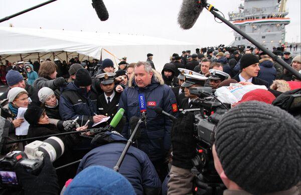 Russia's deputy prime minister Dmitry Rogozin (center) in Severosvinsk, Nov. 16, 2013 - Sputnik International