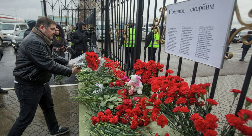 People from Kazan bring flowers to mourn the deaths caused by the Boeing 737 crash