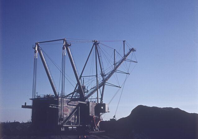 Шагающий экскаватор в карьере по разработке сланцевого месторождения