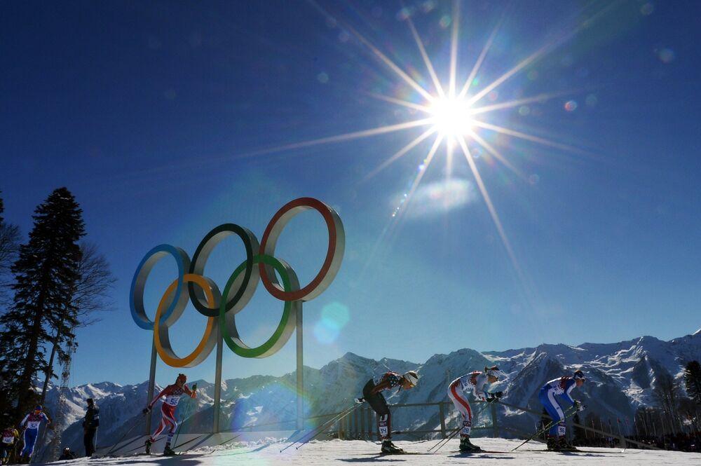 Спортсменки на дистанции скиатлона в соревнованиях по лыжным гонкам среди женщин на XXII зимних Олимпийских играх в Сочи