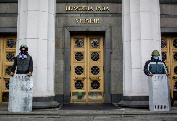 Opposition supporters guarding the entrance to Ukraine's Verkhovna Rada building in Kiev. - Sputnik International