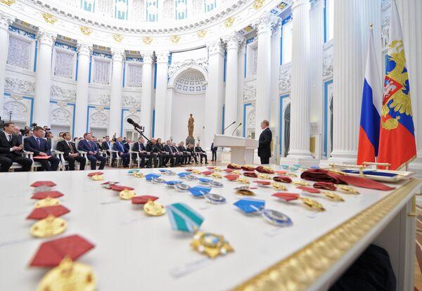 Putin Bestows Awards Upon Sochi Olympic Organizers - Sputnik International