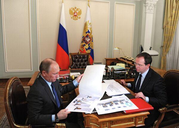 Russian President Vladimir Putin, left, meets with Vladimir Medinsky, Minister of Culture of the Russian Federation - Sputnik International