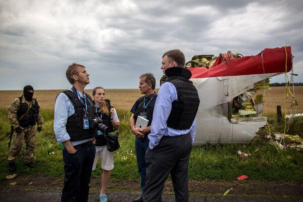 Search operations at the Malaysian Boeing 777 crash site near Shakhtarsk - Sputnik International