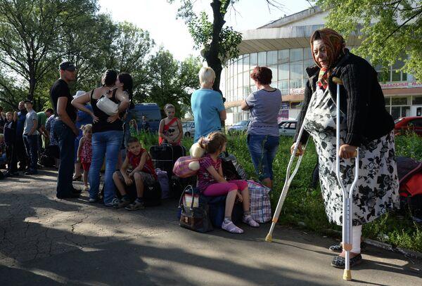 Refugees From Donetsk Region Waiting Buses From Donetsk to Russia - Sputnik International