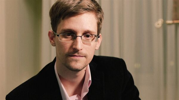 """Snowden: """"They've [NSA, CIA] got a team of guys whose job is just to hack me,"""" - Sputnik International"""