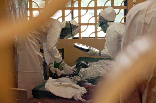 Health workers treating patients - Sputnik International
