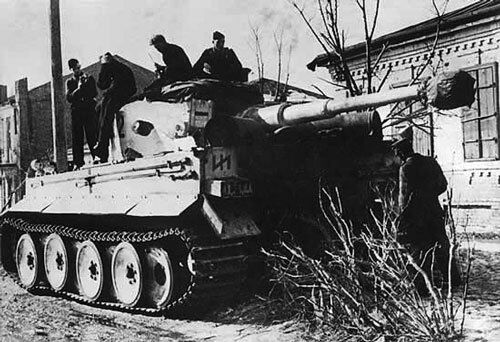 Tiger I and crew of the Das Reich Div.