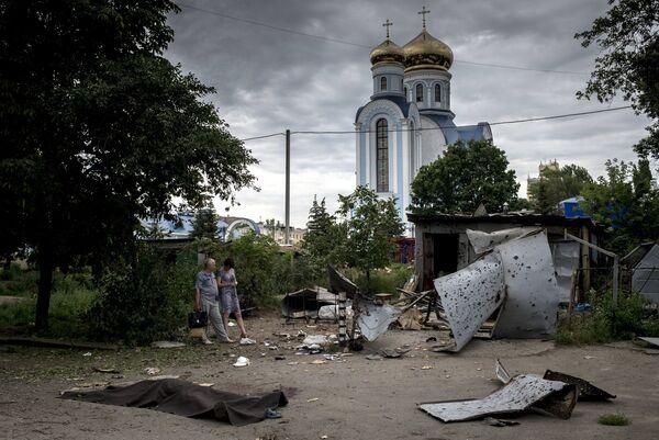Luhansk residents after an artillery strike - Sputnik International