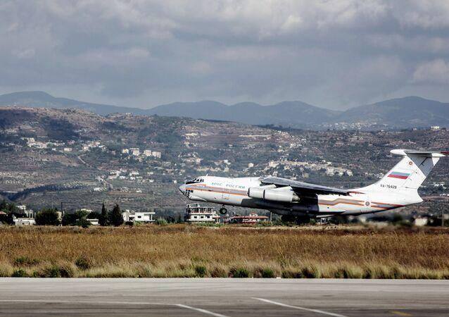 Самолет Ил-76 МЧС России, с российскими гражданами на борту, взлетает из аэропорта Латакии