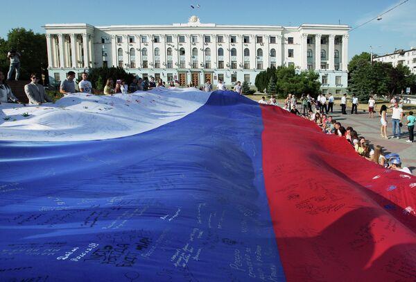 Simferopol residents celebrate Day of the National flag in Russia - Sputnik International