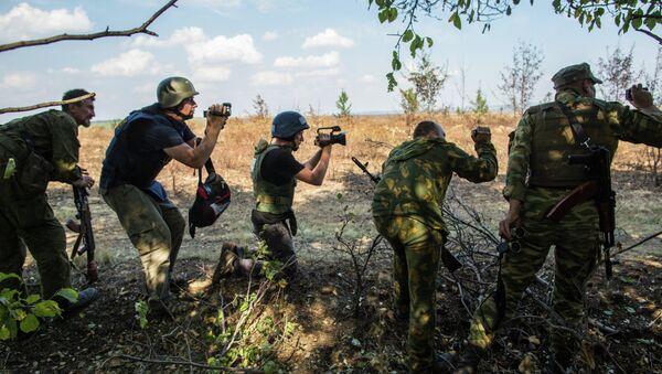 Journalists and eastern Ukrainian militia near the town of Mariinovka - Sputnik International