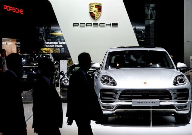 Автомобиль Porsche Macan turbo на Московском автосалоне 2014