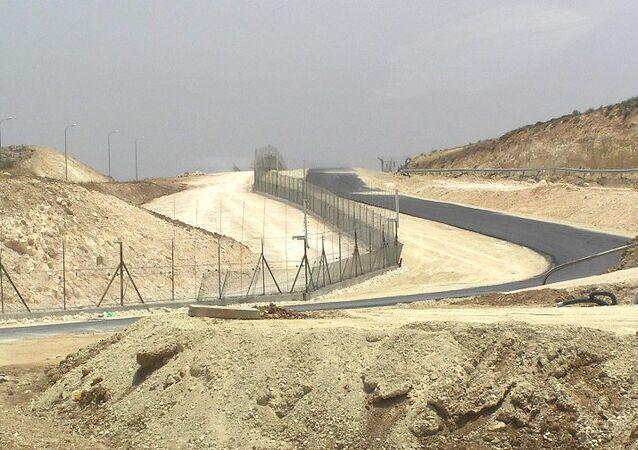 Разделительный барьер, который отделяет Израиль от Западного берега реки Иордан