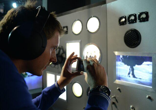 Посетители во время презентации нового мультимедийного объекта-инсталляции первой советской атомной бомбы РДС-1