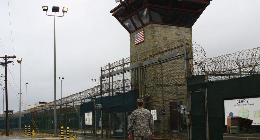 Fußfesseln im Zeichenunterricht: Bilder aus Guantanamo