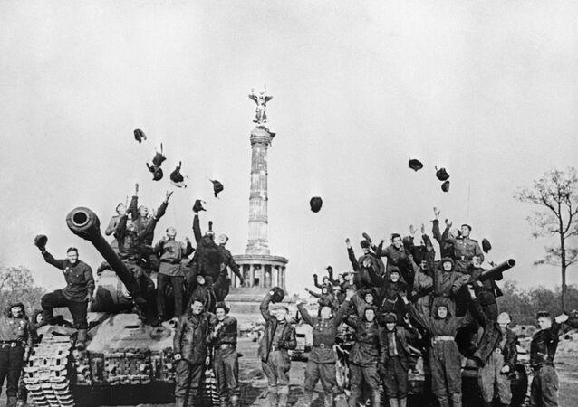Советские танкисты на ИС-2 и Т-34 радуются победе, Берлин. 9 мая 1945 года