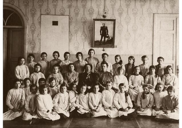 Неизвестный автор Групповой портрет учениц гимназии 3 класса. 1915 Цифровая печать Собрание МАММ