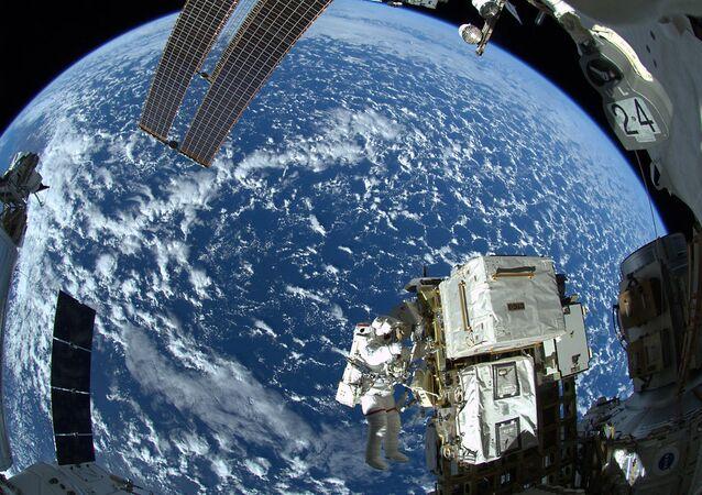 Астронавт НАСА Рейд Вайсман в открытом космосе у МКС