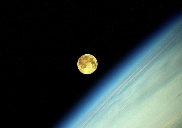 Фотография Луны во время суперлуния, сделанная космонавтом Олегом Артемьевым с МКС