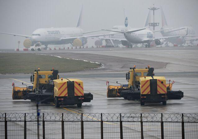 В аэропорту Внуково, недалеко от места крушения легкомоторного самолета Falcon