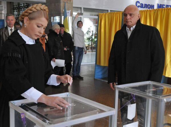 Batkivshchyna party leader Yulia Tymoshenko cast her vote at a polling station in Dnipropetrovsk - Sputnik International